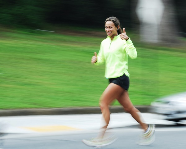 Lauftreff: lachende Frau beim Joggen